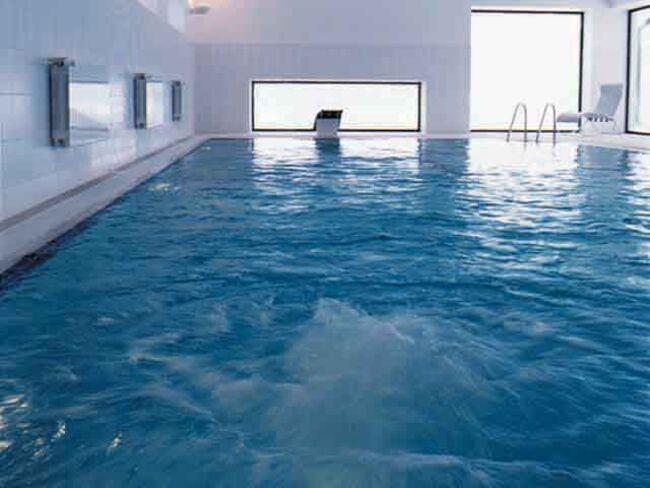 замерзла вода в бассейне