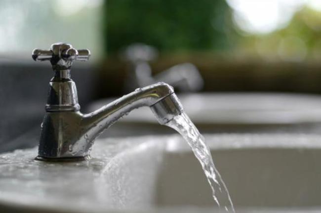 течет теплая вода вместо горячей