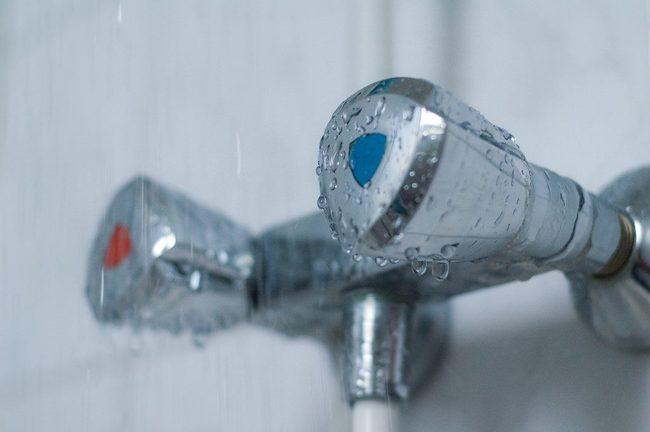 почему горячая вода в квартире теплая